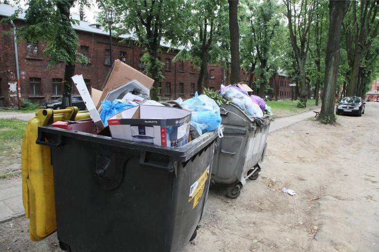 Obecnie łodzianie, którzy segregują śmieci, płacą 13 zł miesięcznie. Za niesegregowane stawka wynosi 22 zł. Już za półtora miesiąca ma się to zmienić.-