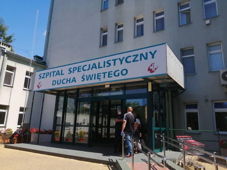 Sandomierski szpital wprowadził całkowity zakaz odwiedzin z powodu nowego zakażenia  koronawirusem . Przy wejściu do Specjalistycznego Szpitala Ducha