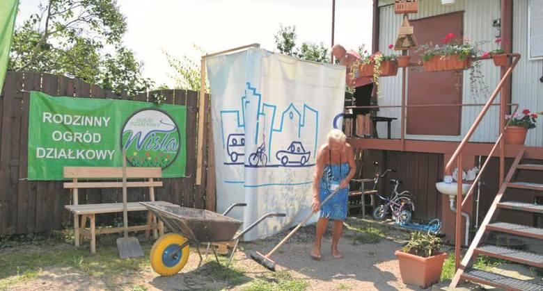 """Działkowcy z """"Wisły"""" wczoraj montowali prysznice polowe i robili ostatnie porządki przed przyjazdem Czechów"""