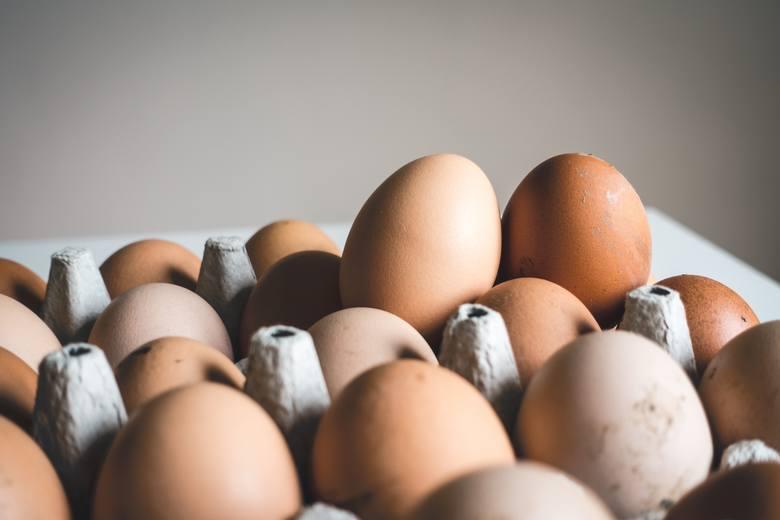"""Kurze jajka są bogatym źródłem tryptofanu – aminokwasu, z którego w organizmie syntetyzowana jest serotonina, znana jako """"hormon szczęścia"""". Świetnej"""