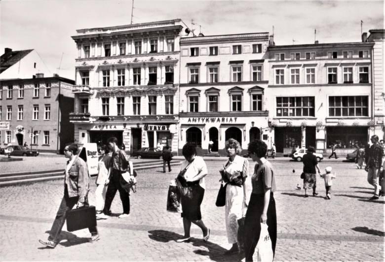 Widok na północną pierzeję Starego Rynku z czasów PRL-u. Z tamtych czasów pozostały tylko apteka i antykwariat