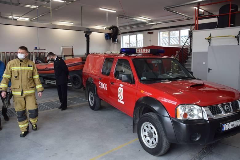Strażacy zawodowi ze Świecia przekazali druhom auto i łódź. Zobacz zdjęcia z przekazania