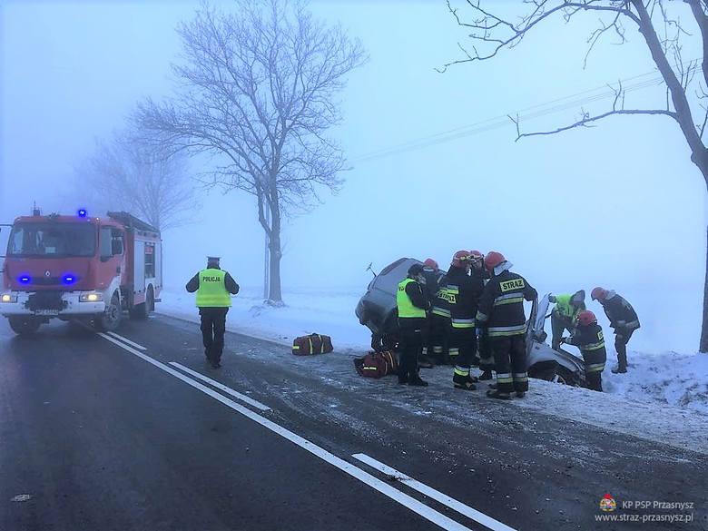 Wypadek na drodze Przasnysz-Ciechanów. Nissan wypadł z drogi [ZDJĘCIA]