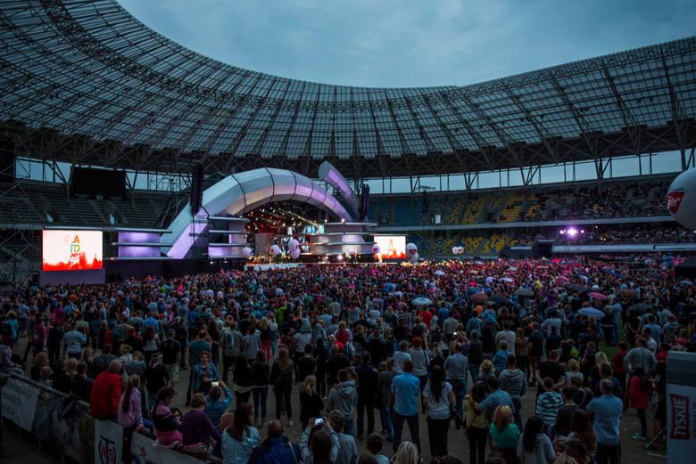 """Do Torunia ponownie zawita Wakacyjna Trasa Koncertowa Dwójki """"Lato, muzyka, zabawa"""". Na Motoarenie pojawią się największe gwiazdy polskiej"""