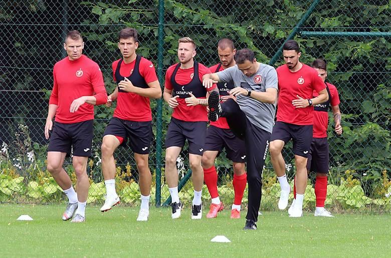 Trener Enkeleid Dobi zachowuje wzorową sprawność fizyczną. Pod wrażeniem są: Marcin Robak, Mateusz Możdżeń, Bartłomiej Poczobut, Daniel Tanżyna, Krystian