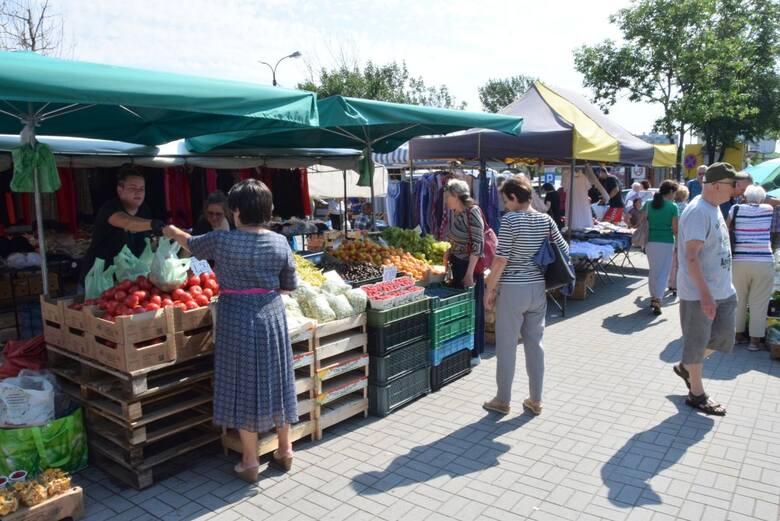 We wtorek 13 lipca na kieleckich bazarach rekordowo niskie ceny osiągnęły pomidory i ogórki. W tym roku taniej może już nie być - ładne pomidory malinowe