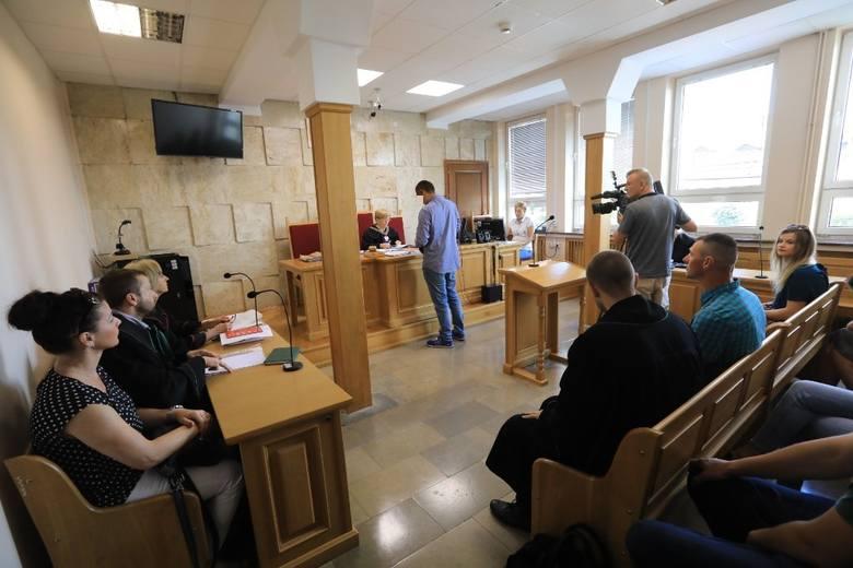 """Stanisławowi G. grozi do 8 lat więzienia. Na kolejnej rozprawie, 24 sierpnia, zeznawać będą m.in. rodzice Kacpra Paradowskiego. Dziś oskarżony na sali rozpraw wypowiedział takie zdanie: """"Chciałbym przeprosić za wszystko, co się stało"""". Państwo Paradowscy w szczerość tych przeprosin nie uwierzyli...."""