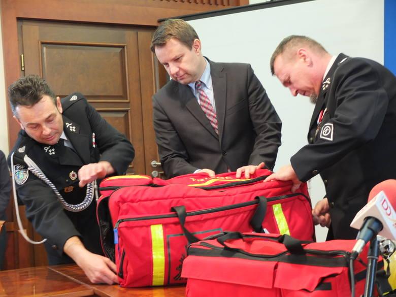 OSP Czarnowąsy dostała specjalną torbę ratowniczą. Sfinansowały ją KRUS i Urząd Miasta Opole