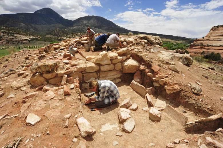 Wykopaliska w ramach projektu z UJ na jednym ze stanowisk obronnych kultury Pueblo z XII/XIII wieku n.e. Osada ta pełniła zapewne rolę strażnicy, położonej przy wejściu do doliny gdzie uprawiano kukurydzę, dynię i fasolę oraz na granicy z płaskowyżem poprzecinanym kanionami. Położenie osady...