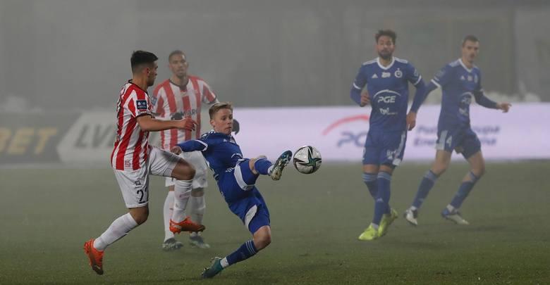 W pierwszych minutach meczu pod stadionem przypomnieli o sobie kibice Stali, którzy odpalili też fajerwerki, które pokryły boisko mgłą.