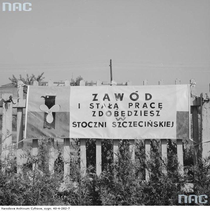 Baner reklamowy Stoczni Szczecińskiej na trasie Wyścigu Pokoju