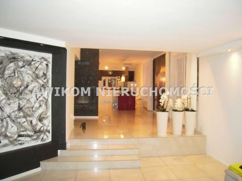 """<strong>18. Dom w cenie 650 tys. złotych<br /> 3 611,11 zł/m2</strong><br /> <br /> Na piętrze są trzy ładne pokoje (22m 2 , 20 m 2 i 16 m 2 ), dwie garderoby i duża łazienka wszystko w stanie """"do zamieszkania"""" nie wymaga dodatkowych nakładów finansowych."""