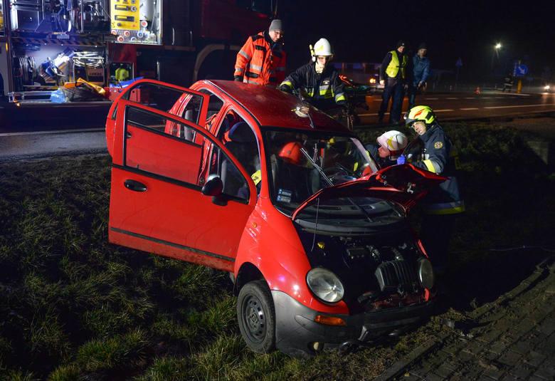 Do wypadku doszło w piątek po godz. 19.30 na drodze krajowej nr 77 w Zadąbrowiu koło Przemyśla. Zderzyły się dwa samochody osobowe: BMW i matiz. Kierująca
