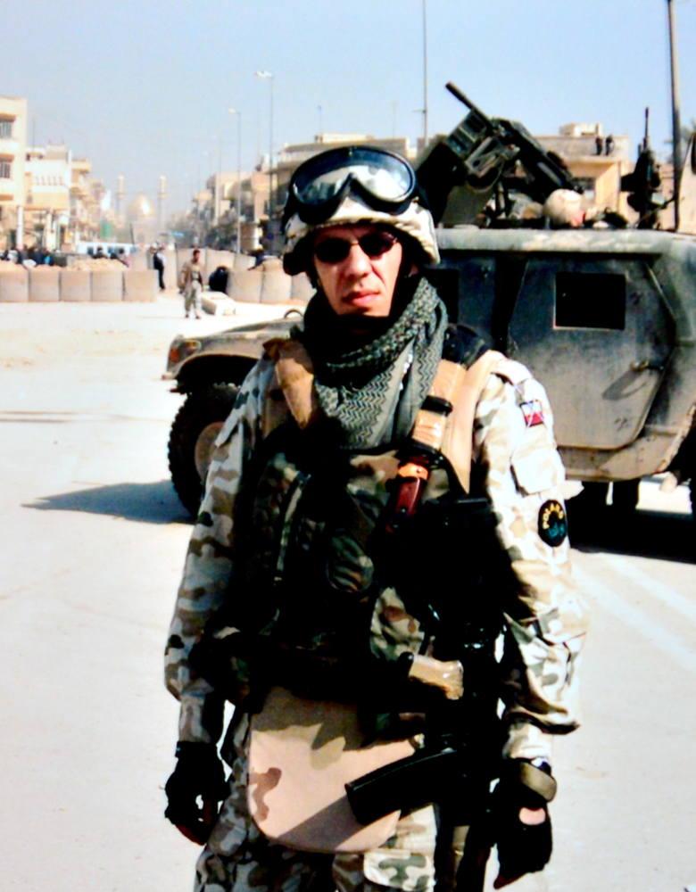 Major Dariusz Krzysztofik w 2004 r. na tle City Hall