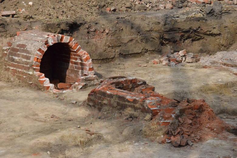 Na głębokości około metra do nawet dwóch pod dawnym dzikim parkingiem archeolodzy odkrywają kolejne groby z ludzkimi szczątkami. Do tematu wrócimy <br />