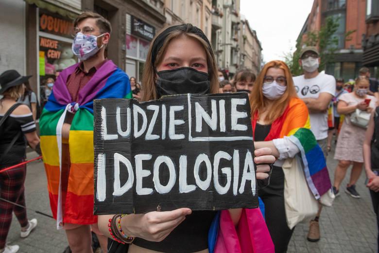 – To nie ideologia, to osoby, które nie wytrzymały i popełniły samobójstwo – mówi aktywista  LGBT Bart Staszewski, w odpowiedzi na słowa Andrzeja Du