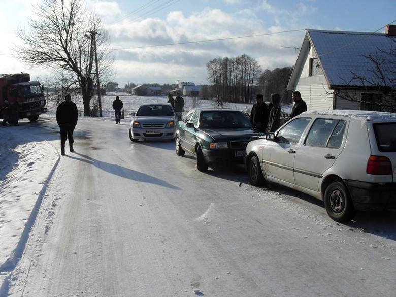 Ślisko w gminie Malkinia. Mieszkancy sie skarzą na brak odśniezania dróg. Sami muszą to robic.
