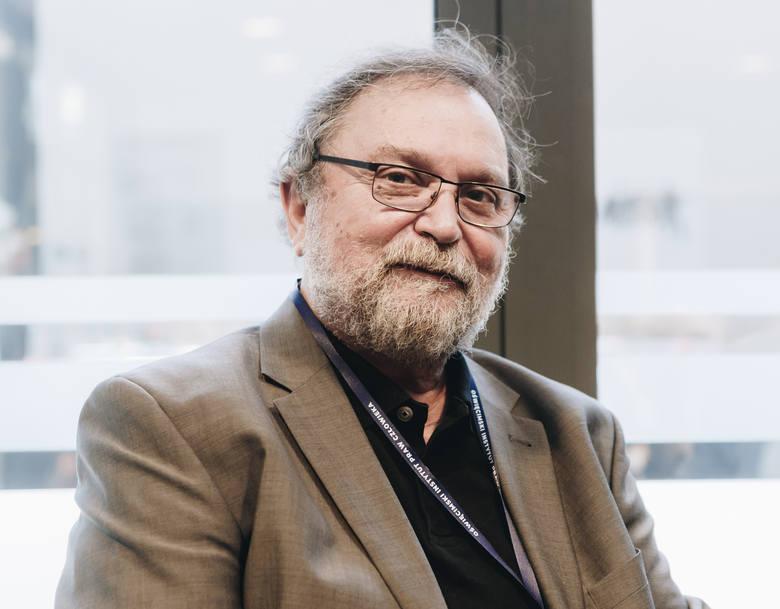 Prof. Grzegorz Gorzelak: Praca i odpowiedzialność<br /> Jesteśmy rozdarci między dwiema tradycjami: romantyczną i pozytywistyczną. Znacznie częściej pozostają one w konflikcie niż się uzupełniają, wzajemnie wzmacniają. Osobiście rozdarcia tego nie czuję: jednoznacznie odpowiadam się - i...