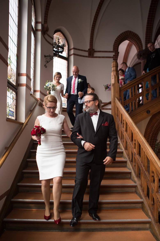 Cała uroczystość była transmitowana na żywo na Facebooku i na telebimie w urzędzie. Po ceremonii goście, nowożeńcy i prezydent wznieśli toast szampanem.
