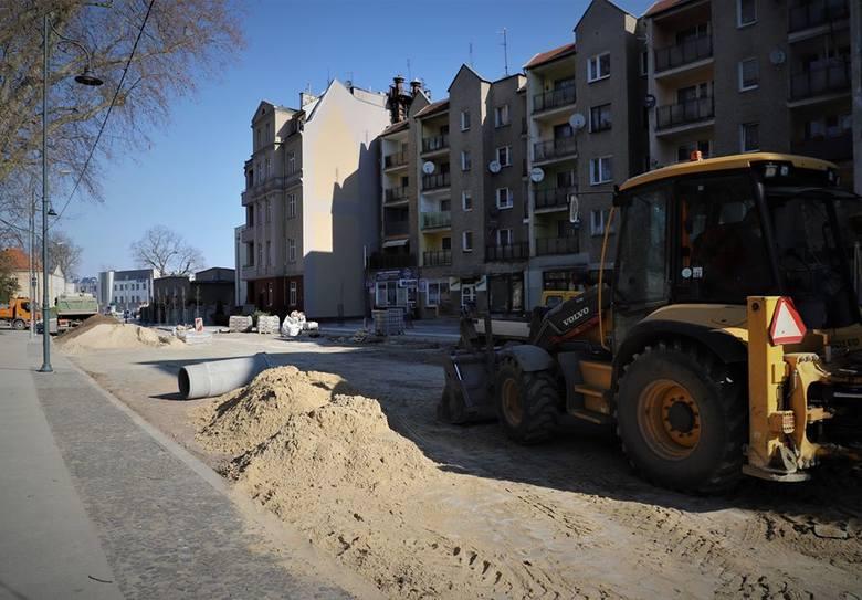 Po zakończonym remoncie chodników na ulicy Chrobrego w Brzegu rozpoczęto kolejną część prac. Ze względu na wymianę na wierzchni konieczne było wyłączenie
