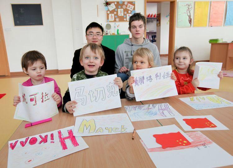 Trzylatki ze swoim chińskim nauczycielem