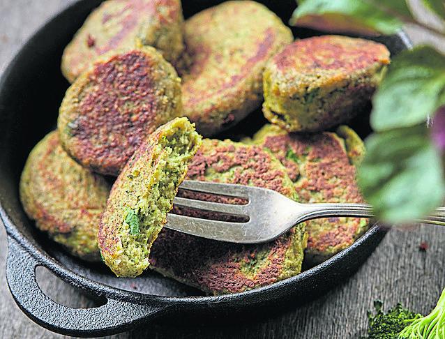 <strong>Placuszki brokułowe</strong><br /> Składniki: 1 mały brokuł, <br /> 2 łyżki płatków owsianych, 100 g sera feta, <br /> 1 jajko, <br /> 3 łyżki zmielonych ulubionych orzechów, <br /> 2 łyżki mąki ryżowej, <br /> 1/2 pęczka drobno posiekanej natki pietruszki, szczypta soli, pieprzu, kminu...