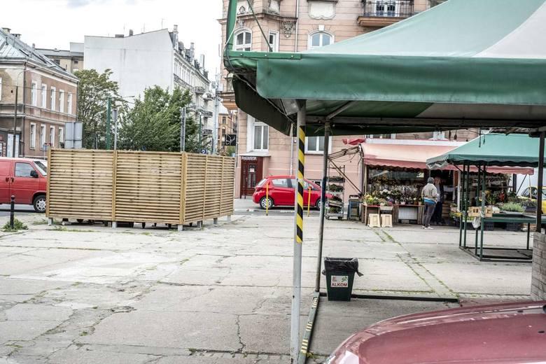Drastycznie wzrosły opłaty za wywóz śmieci z poznańskich targowisk. Od kupców zależy, czy te koszty przerzucą na klientów, czy też podejmą działania, które ograniczą wydatki. Przede wszystkim powinni prawidłowo segregować odpady, zgniatać kartony, aby zajmowały, jak najmniej miejsca w...