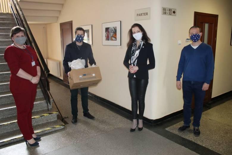 Przedstawiciele Piekarni Inicjatyw otrzymali podziękowania od prezydent Piekar Śląskich za działania związane z produkcją oraz dostarczaniem maseczek