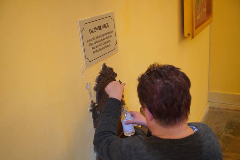 Tylko raz w roku, w Wielką Sobotę, można zaczerpnąć wody ze źródła sanktuarium przy Żydowskiej w Poznaniu <br />