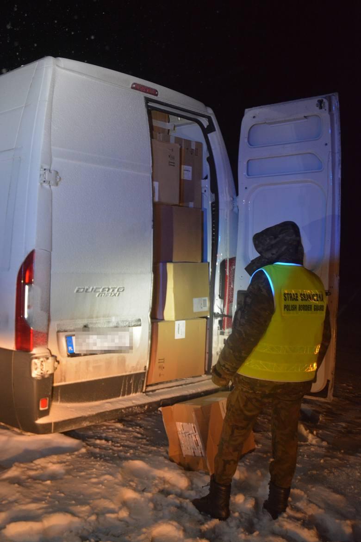W opuszczonym busie znaleźli kontrabandę za 1,7 mln zł (zdjęcia)