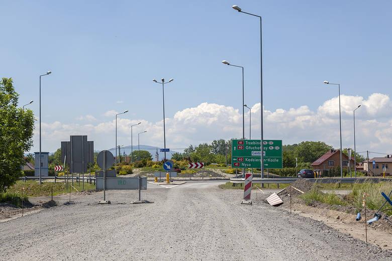 Ponad 31 milionów złotych kosztuje przebudowa drogi wojewódzkiej 414 pomiędzy Białą a Prudnikiem. W ramach prac powstanie jezdnia omijająca tzw. aleję