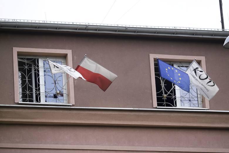 Radny PiS Krzysztof Stawnicki chce, by KOD zdjął swoje flagi z miejskiego budynku