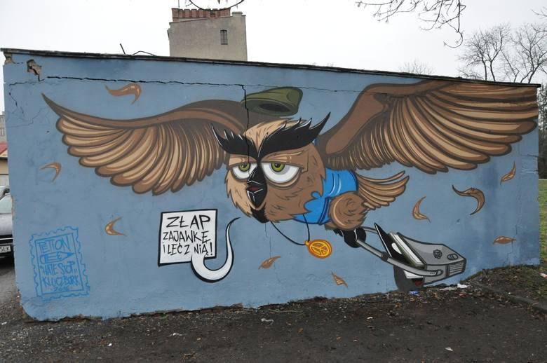 Mural z sową można oglądać już tylko na archiwalnych zdjęciach. Po zdewastowaniu został zamalowany.