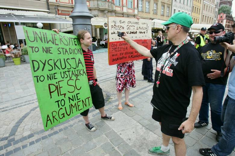 Narodowcy i kibice w Rynku. Żądali przeprosin od Rafała Dutkiewicza (ZDJĘCIA)