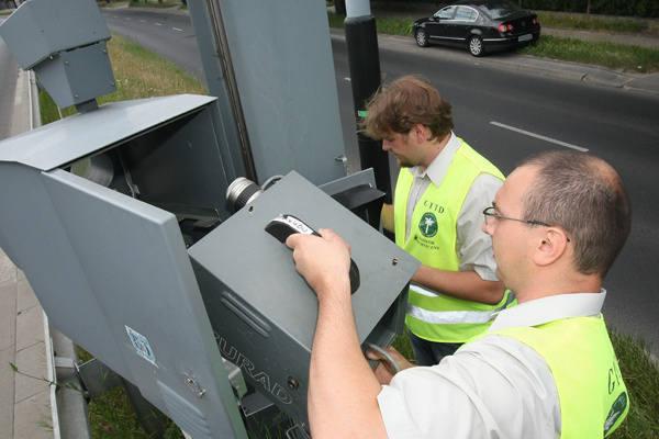 Inspektorzy z delegatury centralnej GITD w Łodzi oceniają  stan techniczny przejmowanych  od policji radarów.