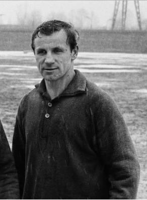 Szkoleniowiec ten przez długie lata związany był z Legią Warszawa. Najpierw jako jej zawodnik, a następnie trener. Jako piłkarz świętował z zespołem