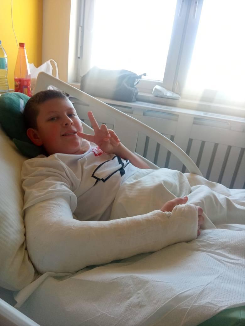 12-letni Damian ma wieloodłamowe złamanie kości ramiennej w prawej ręce. Na powrót do pełnej sprawności będzie musiał długo poczekać