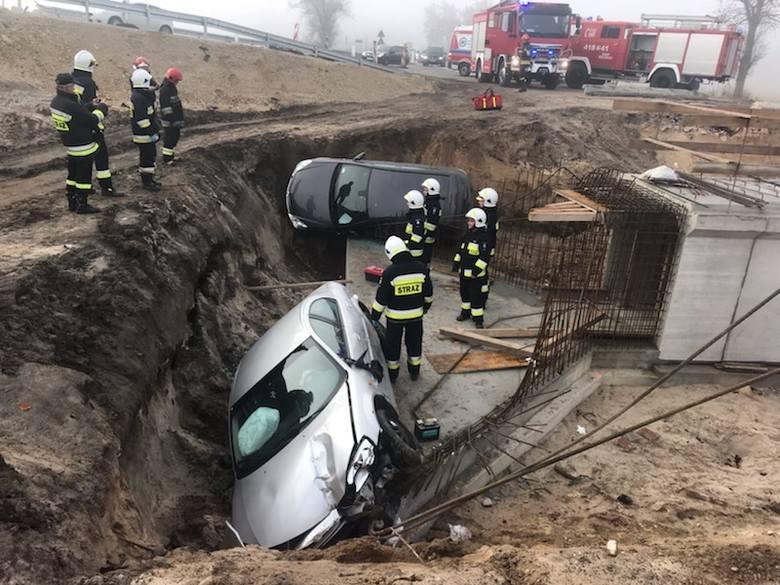 Dwa samochody wpadły w niedzielną noc do wykopu pod wiadukt przy drodze krajowej numer 7 w Brzegach w powiecie jędrzejowskim. Na szczęście nikomu (najprawdopodobniej)