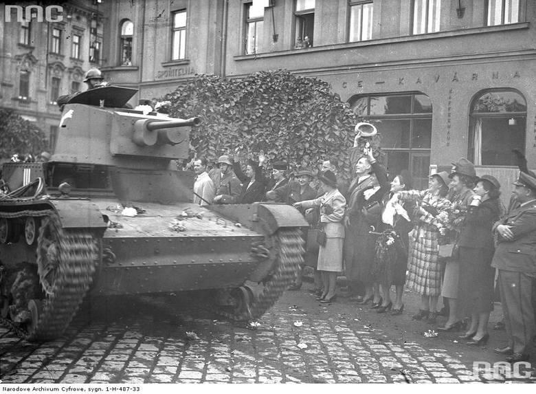 Pluton czołgów 7TP z armatką czołgową Bofors wzór 37 kal. 37mm w czasie ćwiczeń w 1939 roku [2]