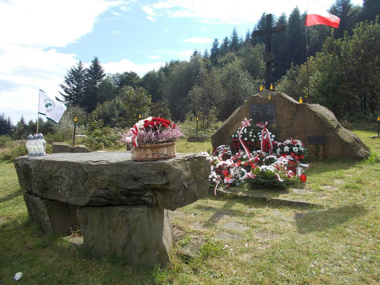 Ołtarz polowy na Suchej Polanie. W sobotę zostanie tu oprawiona msza św. w intencji partyzantów i mieszkańców okolicznych miejscowości z czasu II wojny