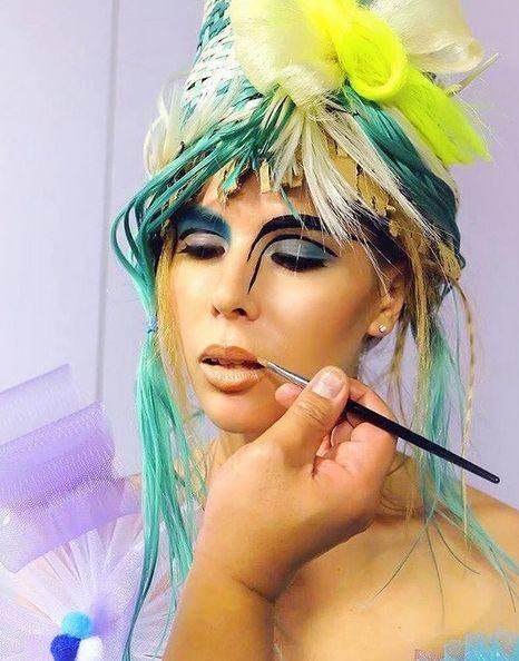 Graficzny makijaż wraca w wielkim styluProste kreski i ostre kolory to propozycja dla odważnych kobiet, które nie boją się eksponowania swojego oryginalnego