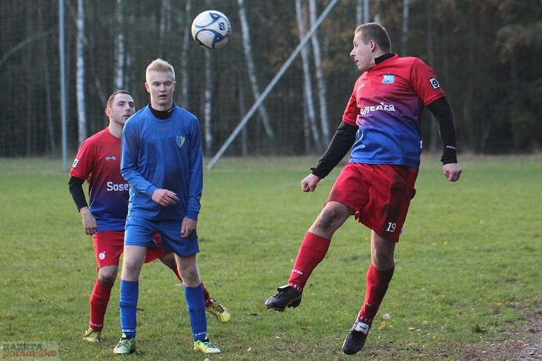 W meczu piłkarskiej A klasy Tłuchowia pokonała na wyjeździe Victorię Smólnik aż 5:1.Victoria - Tłuchowia 1:5 (0:1)Gole: Piotr Janowski (81) oraz  Patryk