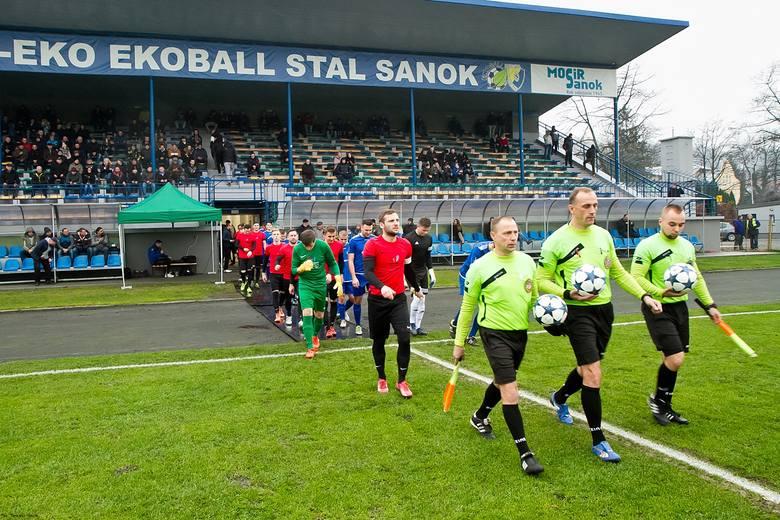 Na finiszu rundy jesiennej 4 ligi doszło do ciekawego meczu derbowego w Sanoku. Po golu Sebastiana Sobolaka z rzutu karnego LKS Pisarowce wygrał na Wierchach