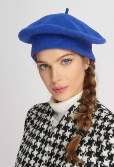 """W jesienno-zimowym sezonie absolutnymi hitami jeśli chodzi o nakrycia głowy są powracające do łask berety i kaszkiety czy """"bosmanówki""""."""