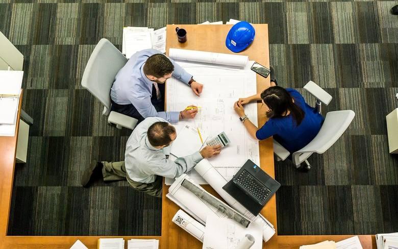 Izolowanie pracownikaUtrudnianie dostępu do informacji, przenoszenie pracownika do odosobnionego miejsca, rozsiewanie negatywnych informacji na temat