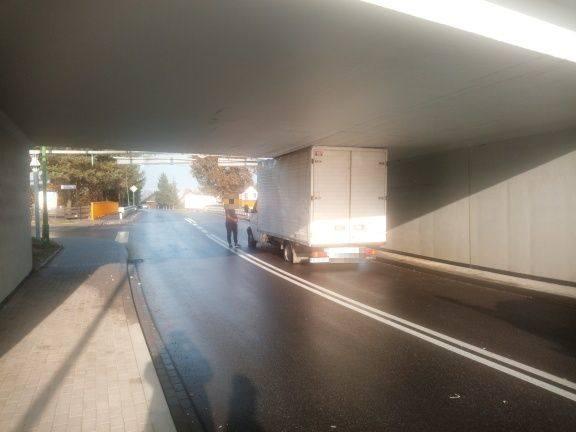 Do zdarzenia doszło na ul. Kolbuszowskiej w Sędziszowie Małopolskim. Pojazdem, który zablokował przejazd okazał się dostawczy mercedes, kierowany przez