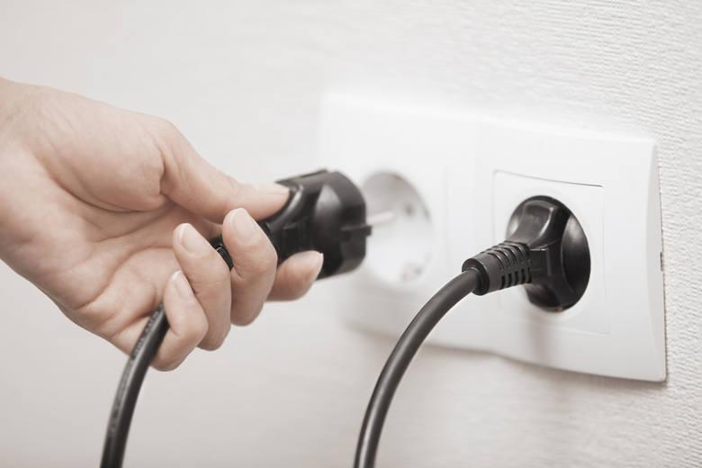 Chcesz zaoszczędzić? Wyjmij to z gniazdka! Te urządzenia pochłaniają najwięcej prądu (LISTA) Ile zapłacisz w ciągu roku?