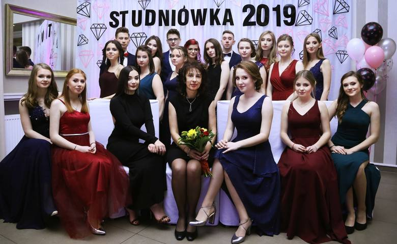 Uczniowie I Liceum Ogólnokształcącego w Praszce bawili się na balu studniówkowym 26 stycznia w Restauracji pod Lipą w Gorzowie Śląskim.