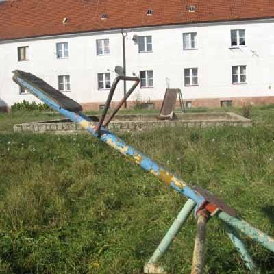 Zardzewiałe sprzęty miały być usunięte jeszcze w sierpniu, ale nadal stoją, tam gdzie stały.