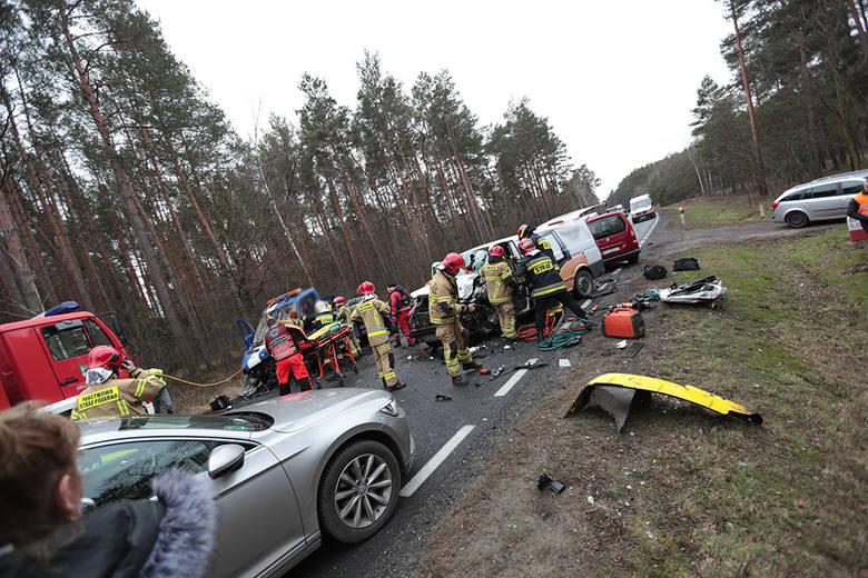 Do groźnego karambolu na drodze krajowej nr 27 doszło w czwartek, 23 stycznia, po godzinie 12. Wypadek wydarzył się między Świdnicą, a Nowogrodem Bobrzańskim.Aktualizacja,